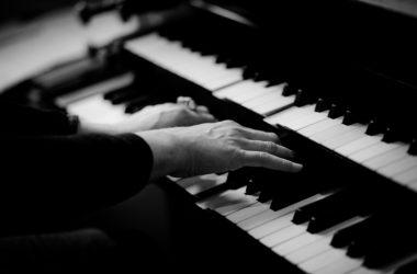 【洋楽】ピアノで弾き語りしたい名曲 10選